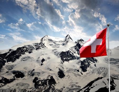 swiss alps: Piękne górskie Monte Rosa z flagą Szwajcarii - Alpy Szwajcarskie