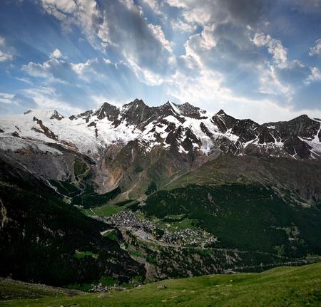 honorarios: Vista de una de las estaciones de esqu� m�s populares de Europa - Saas Fee, Suiza Foto de archivo