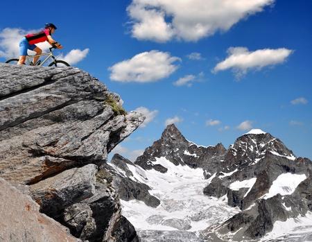 swiss alps: rowerzysta w szwajcarskich Alpach