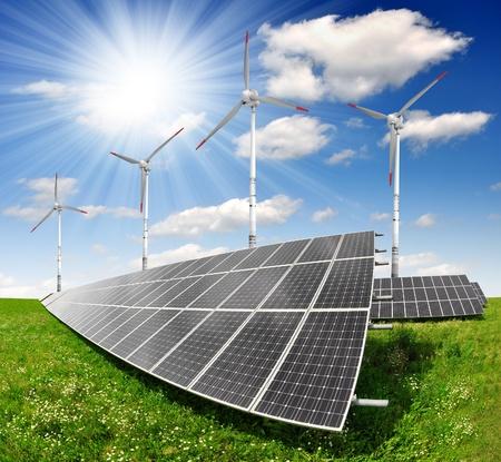turbin: solenergipaneler och vindkraftverk Stockfoto