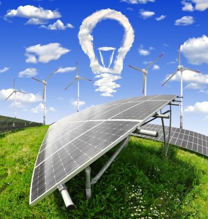 energia solar: Bombilla de nubes por encima de los paneles de energía solar con turbinas de viento