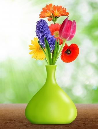 Gerberas dans le vase vert