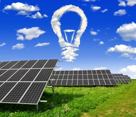 energy saving: Bombilla de nubes por encima de los paneles de energía solar