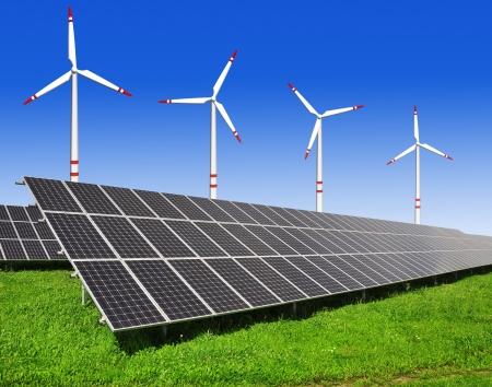 energia solar: Los paneles de energ�a solar y turbinas de viento Foto de archivo