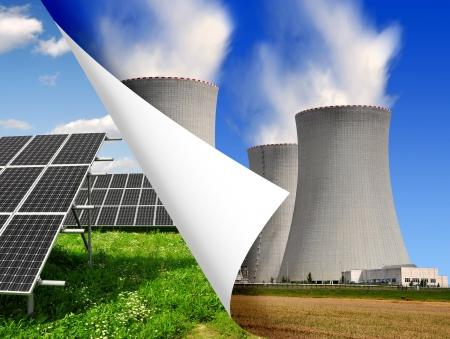 radiacion solar: Los paneles solares y plantas de energía nuclear Foto de archivo