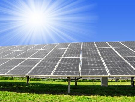 energia solar: Paneles de energía solar contra el cielo soleado - tiro de ojo de pez Foto de archivo