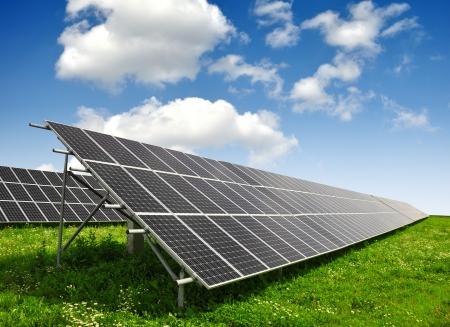 Zonne-energie panelen tegen de blauwe hemel