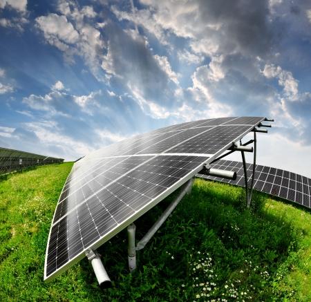 PLACAS SOLARES: Los paneles solares en la puesta del sol Foto de archivo
