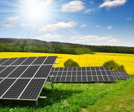 PLACAS SOLARES: Paneles de energía solar contra el cielo soleado