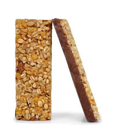 barra de cereal: Muesli Barras de chocolate aisladas sobre fondo blanco