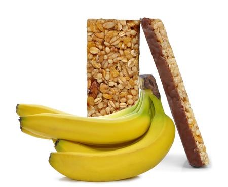 barra de cereal: Chocolate barras de muesli con plátano aislado sobre fondo blanco