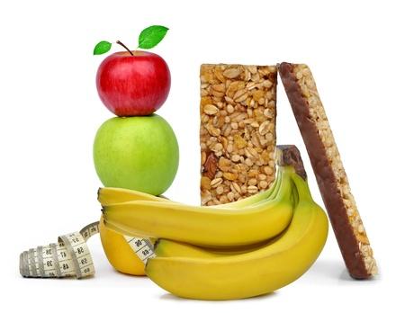 barra de cereal: Muesli Barras de chocolate con frutas aisladas sobre fondo blanco
