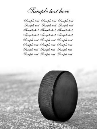 hokej na lodzie: czarny krążek hokej na lodowisko Zdjęcie Seryjne