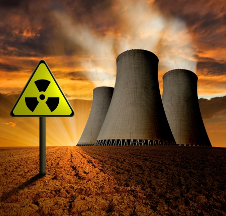 riesgo quimico: Puesta de sol sobre la planta de energía nuclear Foto de archivo