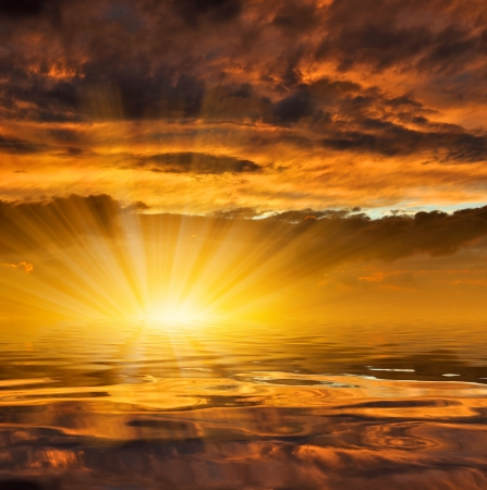 yegua: puesta de sol sobre el mar