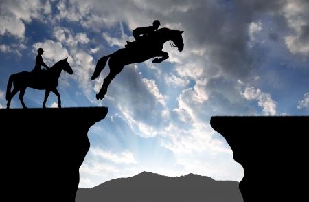 caballo saltando: silueta de un jinete sobre un caballo de salto Foto de archivo