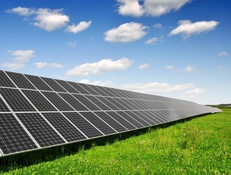 sonnenenergie: Solarenergie-Panels gegen blauen Himmel