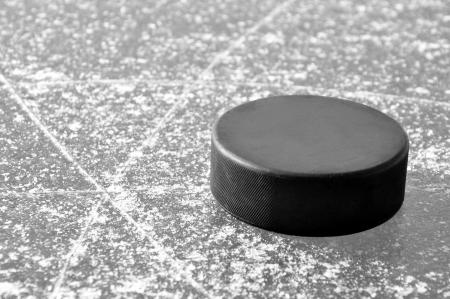 deep freeze: negro disco de hockey sobre pista de hielo Foto de archivo