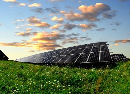 paneles solares: Paneles de energía solar en la puesta del sol