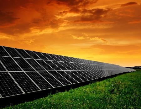 Solaranlagen in der untergehenden Sonne