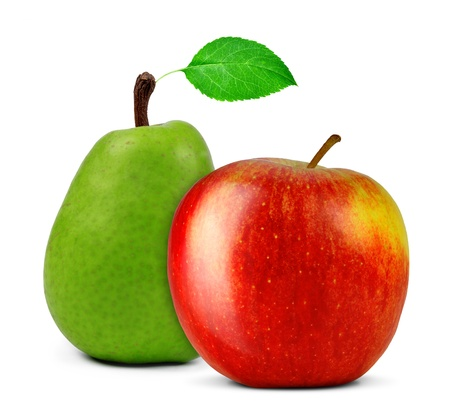 梨: 赤いりんごと洋梨の白で隔離されます。
