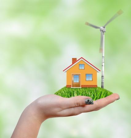 ahorro energia: La casa con turbina de viento en las manos