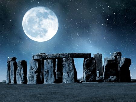 歴史的記念碑の夜、イングランド、イギリスのストーンヘンジ