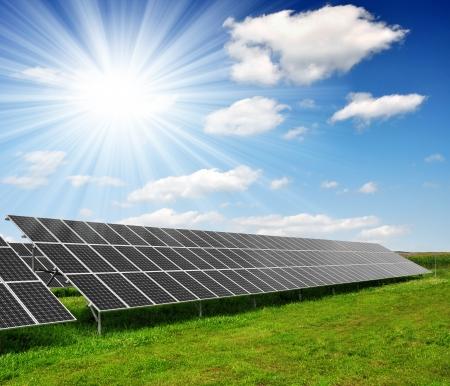 Alternativ: Solar energy panels against blue sky with clouds