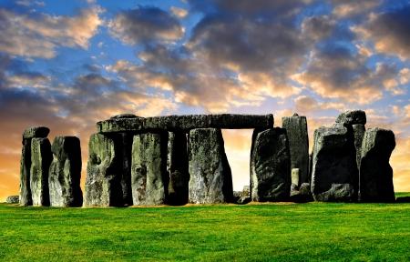 日没、イングランド、イギリスの歴史的記念碑ストーンヘンジ 写真素材