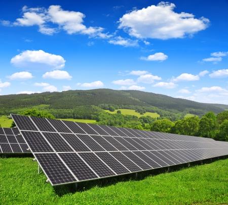 PLACAS SOLARES: Paneles de energía solar en el paisaje de primavera Foto de archivo