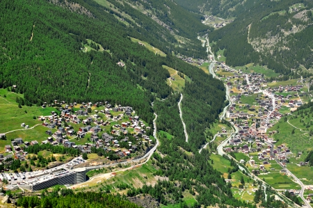honorarios: Vista de Saas Fee y Saas Grund, Suiza Foto de archivo
