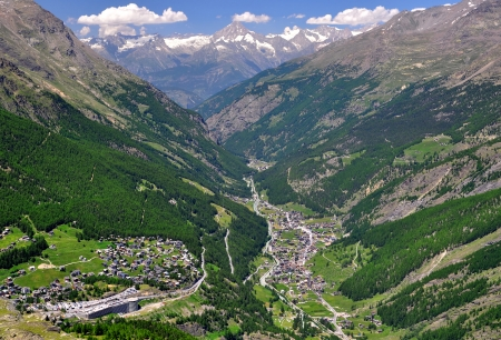 wallis: View of Valley Saastal in the canton Wallis , in the foreground the town of Saas Fee and Saas Grund, Switzerland