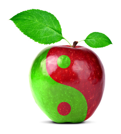 Yin Yang Collage aus Apfel auf weißem
