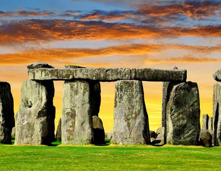 edad de piedra: Monumento histórico Stonehenge en la puesta del sol, Inglaterra, Reino Unido