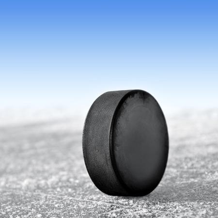 wintrily: hockey puck su anello di ghiaccio Archivio Fotografico