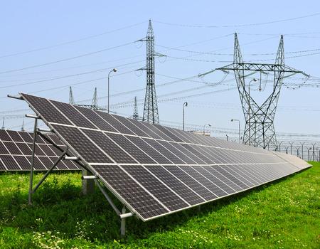 electricidad industrial: Paneles de energ�a solar con la l�nea el�ctrica