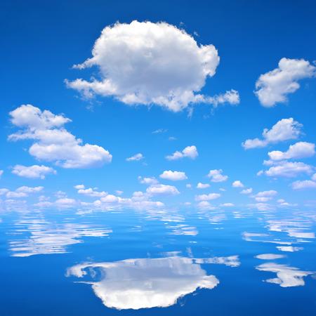 insolaci�n: Cielo azul con nubes sobre el mar Foto de archivo