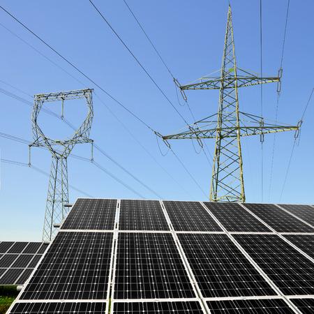 torres de alta tension: Paneles de energía solar con torre de electricidad