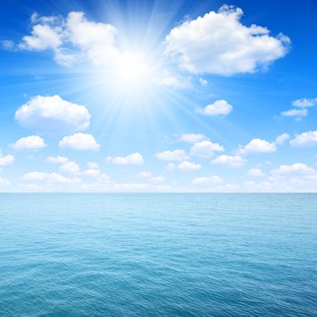 insolación: soleado cielo sobre el mar Foto de archivo