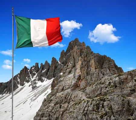 bandera italia: Paternkofel con bandera de Italia, Dolomitas, Italia Foto de archivo