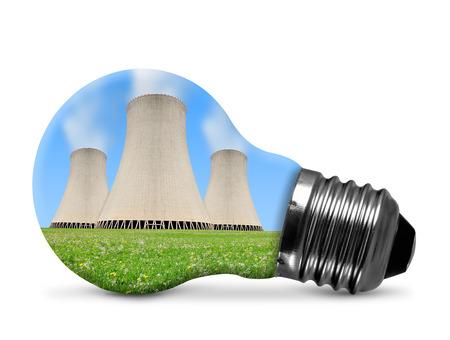 energia electrica: La central nuclear de bombilla aislado en blanco