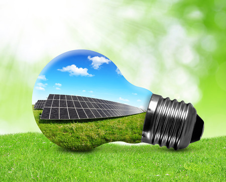 Zonnepanelen in gloeilamp. Groene energie concept. Stockfoto