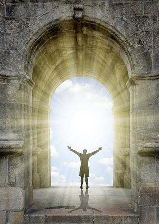 portones: Hombre de pie en frente de la puerta al cielo. Foto de archivo