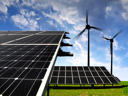 electricidad industrial: Paneles de energ�a solar con turbinas de viento en la puesta del sol
