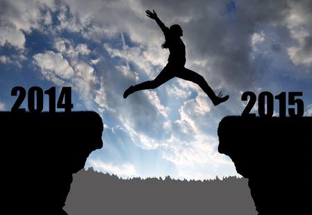 Mädchen springt in das neue Jahr 2015