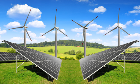 paneles solares: los paneles solares de energ�a y las turbinas e�licas Foto de archivo