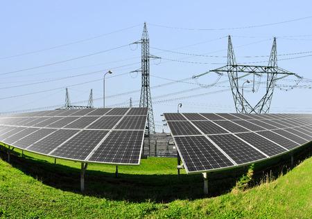torres el�ctricas: Los paneles solares con torres de alta tensi�n Foto de archivo