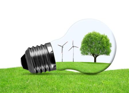 Eco-Lampe mit Windkraftanlagen und Baum. Grüne Energie-Konzept. Standard-Bild