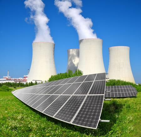 radiacion solar: Paneles de energía solar antes de que una planta de energía nuclear