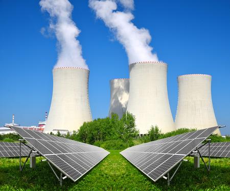태양 에너지 패널과 원자력 발전소 스톡 콘텐츠